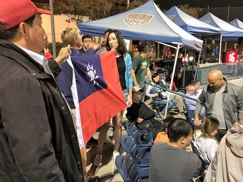 大きな中華民国国旗を出して応援しようとしたところ、主催者側に制止された観衆ら