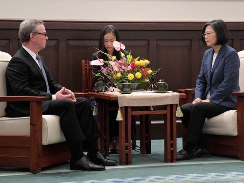 オーストラリアのクリストファー・パイン前国防相(左)と面会する蔡英文総統(右)
