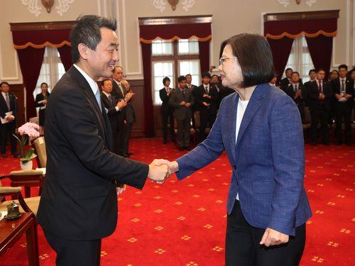 佐々木紀・自民党青年局長(手前左)と握手を交わす蔡英文総統
