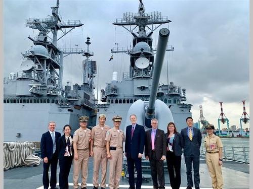 台湾が米国から購入した駆逐艦に乗艦した米国在台協会(AIT)のクリステンセン台北事務所所長(右から5人目)=AITのフェイスブックから