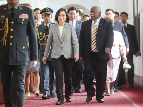 蔡英文総統(手前左)とソロモン諸島のホウエニプウェラ首相(同右、当時)=2018年5月撮影