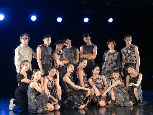 コンテポラリーダンスの振付家、島崎徹さん(後列左)と 台湾のダンスカンパニー、ダンス・フォーラム・タイペイのダンサーたち