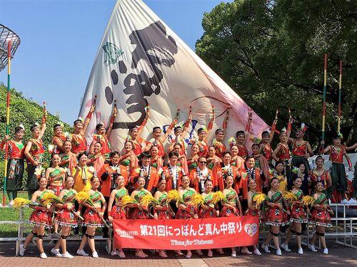 「第21回にっぽんど真ん中祭り」に出場し、台湾観光をPRした新民高校の生徒ら=観光局提供