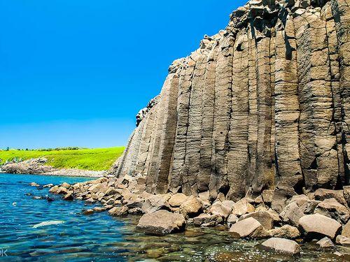 澎湖南方4島の一つ、西吉嶼にあるに藍洞=KLOOK提供
