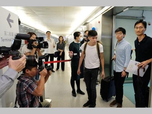 桃園国際空港に到着した黄之鋒氏(右から2人目)