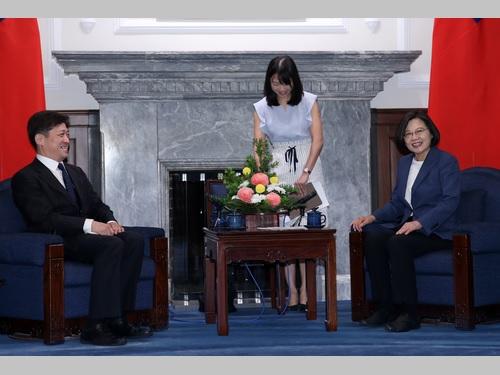 東京大学の松田康博教授(左)と歓談する蔡英文総統(右)