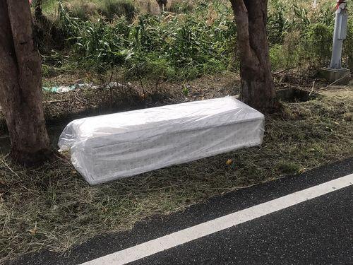 台東県の道端に落ちた棺おけ=同県警察提供