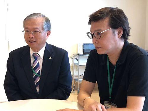 台北駐日経済文化代表処の蔡明耀副代表(左)と女性の夫=同処提供