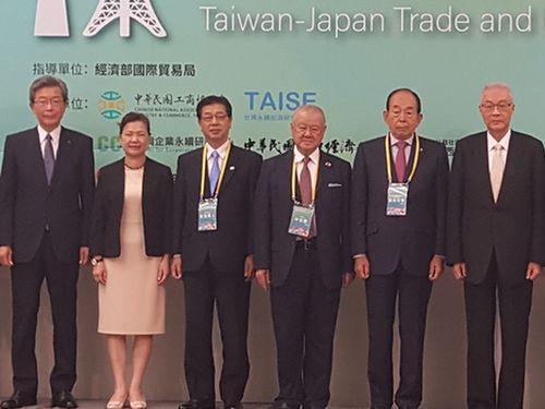 フォーラムに参加した経済部の王美花次長(左から2人目)ら