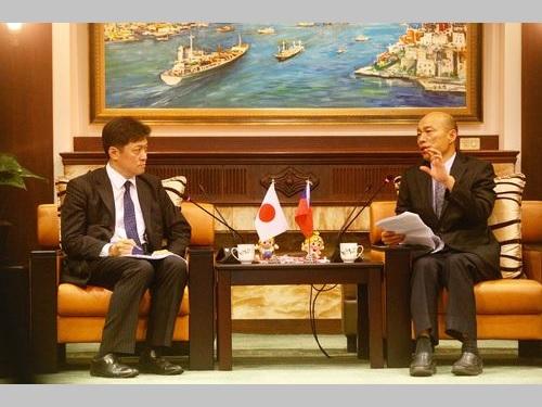 東京大学の松田康博教授(左)らと面会する韓国瑜高雄市長