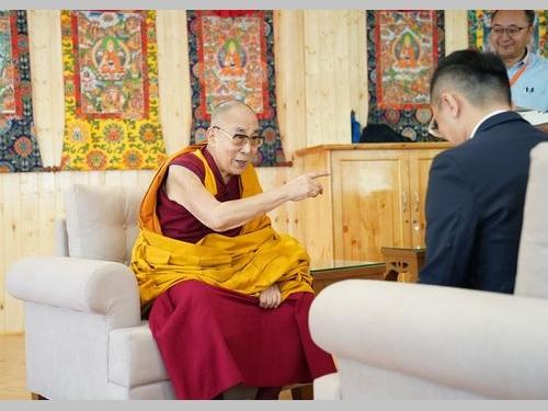 台湾や香港について語るダライ・ラマ14世(左)=客家テレビ提供