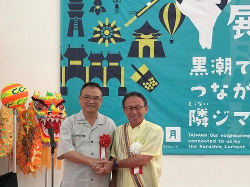 カメラに向かって微笑む文化部の蕭宗煌政治次長(左)と玉城デニー沖縄県知事=文化部提供