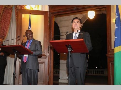 会見に臨む呉外交部長(右)とソロモン諸島のマネレ外相