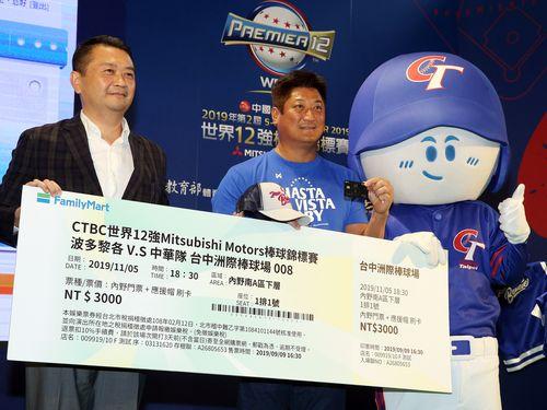 来場を呼び掛ける中華民国野球協会の辜仲諒理事長(左から2人目)