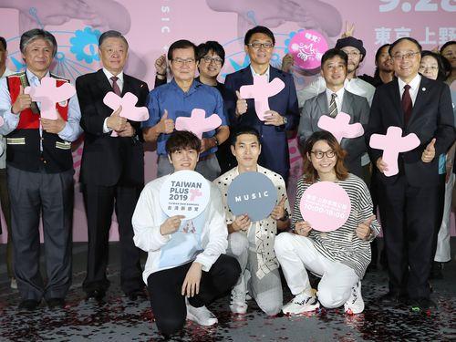 「Taiwan Plus 2019」PR記者会見に出席した宇宙人のメンバー(手前の3人)や中華文化総会の関係者ら