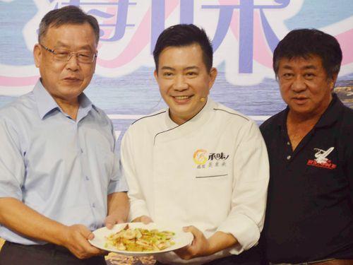 澎湖県のグルメをアピールする頼峰偉県長(左)ら