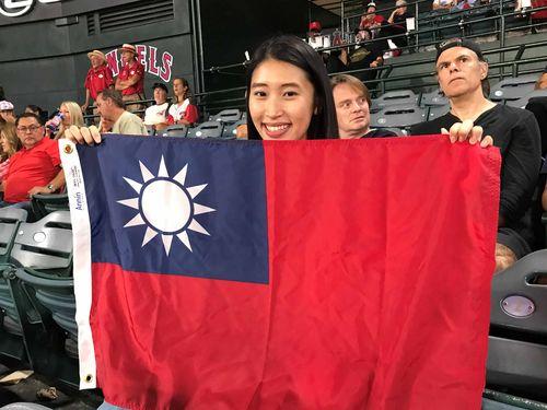 中華民国国旗を掲げ、インディアンスの張育成内野手を応援した呉婉君さん