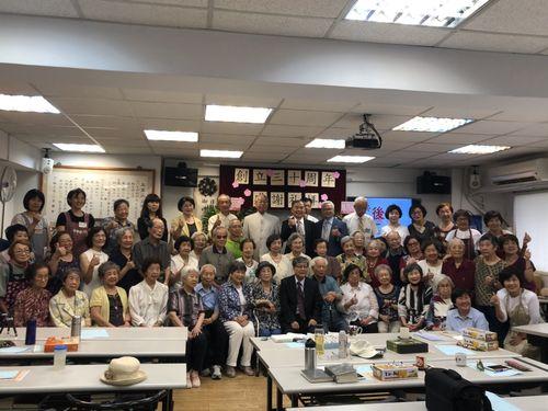 玉蘭荘の会員とボランティアたち