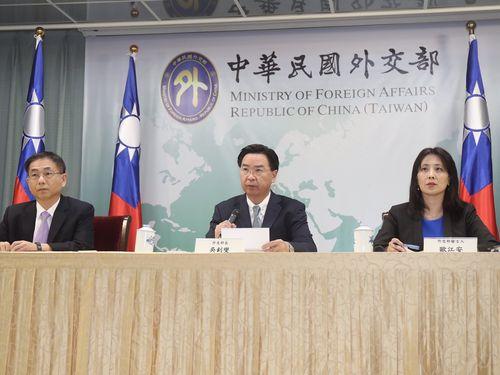 ソロモン諸島との断交を発表する呉ショウ燮外交部長(中央)