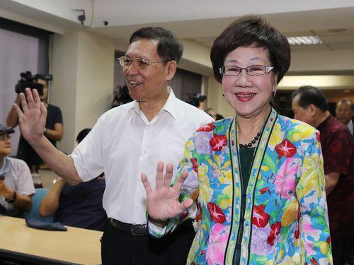 支持者らに手を振る呂秀蓮元副総統(右)と彭百顯・元南投県長