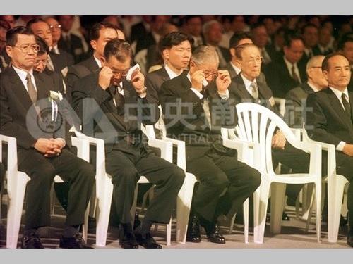 震災犠牲者の追悼式で涙を拭う李登輝総統(手前左から3人目、肩書は1999年10月当時)