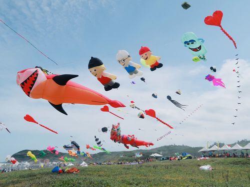 大空にはためく様々なたこ=新北市文化局提供
