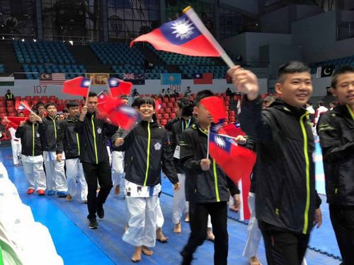 国旗を振りながら入場する台湾の選手たち=国際空手道剛柔会台湾支部提供