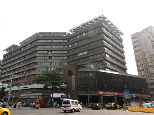 台北市の有名な市場「南門市場」(手前右)