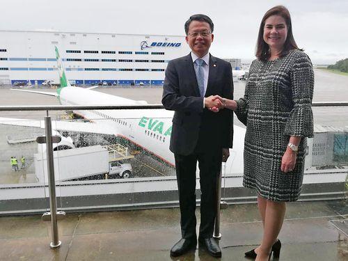 エバー航空の孫嘉明総経理(左)
