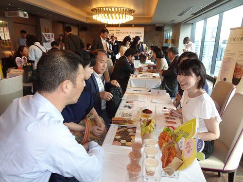 台湾のタピオカ飲料関連業者や日本の流通大手、食品商社などが参加した商談会の様子=7日、東京