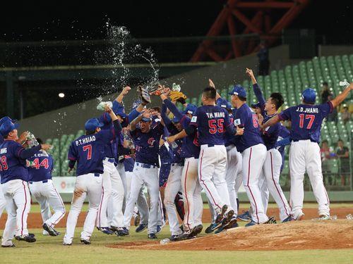 野球アジア選手権で優勝して喜ぶ台湾代表チーム