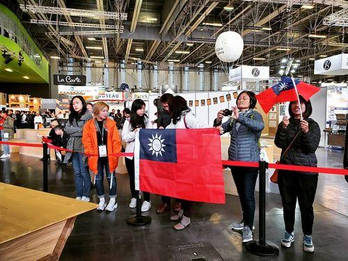パンの世界大会の会場で中華民国国旗を掲げる在仏台湾人たち=台湾麵包大使協会提供