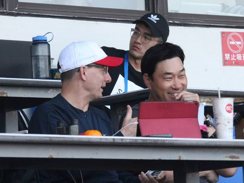 偵察のため台湾に訪れた元韓国代表の投手、奉重根(右)