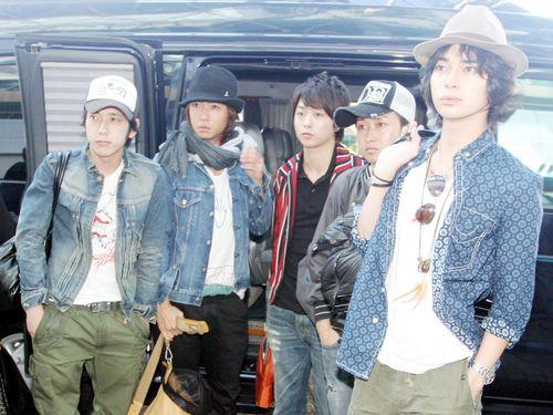 台北公演を終えて台湾を離れようとした嵐のメンバー=2008年10月