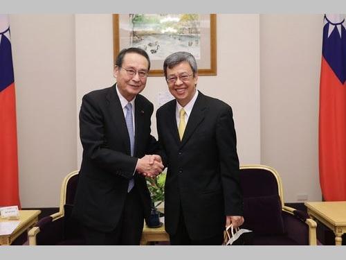 藤井元運輸相(左)と握手を交わす陳副総統=総統府ウェブサイトから