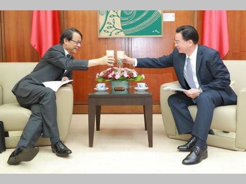タピオカミルクティーで乾杯する呉外相(右)と泉代表=外交部の公式ツイッターから