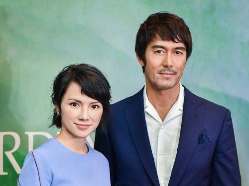 「夕霧花園」主演の阿部寛(右)とリー・シンジエ=HBO提供