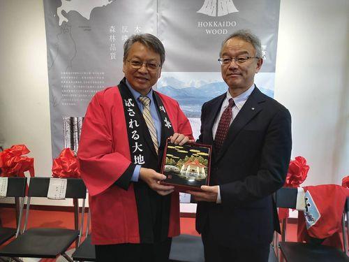 ギフトを交換する台中市の令狐栄達副市長(左)と北海道の土屋俊亮副知事=同市政府提供