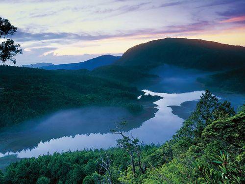 水をたっぷりとたたえた翠峰湖、冬限定の美景となる=林務局提供