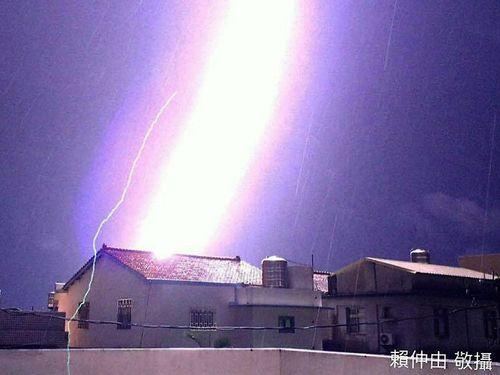 カメラマンが捉えた「紫色の稲妻」がすごい。これぞ昇り竜?