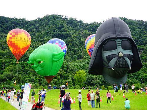 石門ダムの熱気球フェス スター・ウォーズのバルーンが上昇