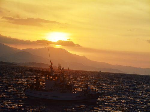 夏の夕刻、たそがれ色に染まる深澳漁港