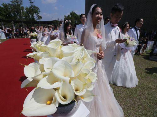 カラーの花に包まれた合同結婚式、台北で