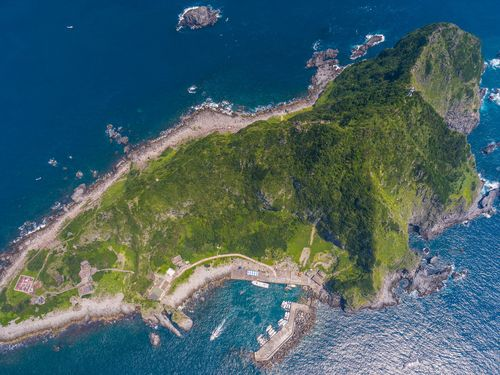 台湾北部の無人島の空撮写真、「まるでサメのよう」と話題に