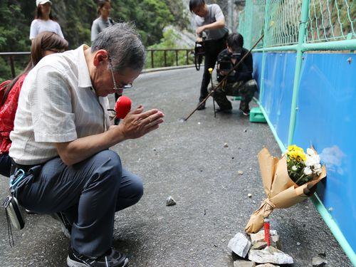 タロコで息子亡くした日本人男性、再び事故現場へ 通行者の安全願う