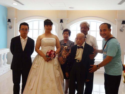 101歳のおじいちゃん、「結婚写真」撮影で大喜び