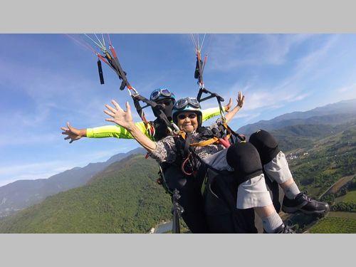 業者もびっくり 93歳の女性がパラグライダーで大空を満喫