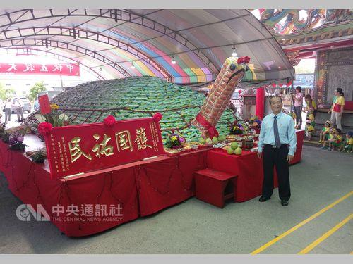 道教の廟の一風変わった中秋節 米袋を積み上げた巨大カメを神様に奉納