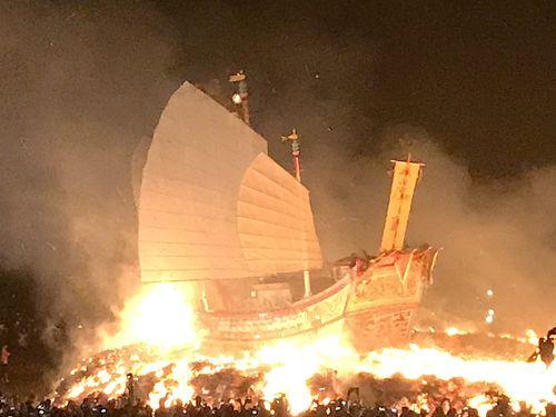 炎の中に消えゆく巨大な木製の船…南部・屏東で伝統儀式