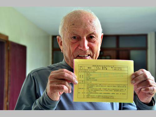 台湾に帰化した外国人修道士、初めての投票でにっこり